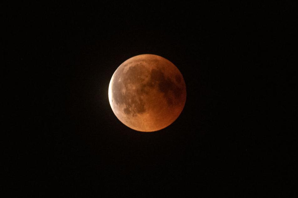 Rot leuchtet der Mond bei der totalen Mondfinsternis im Jahr 2018.