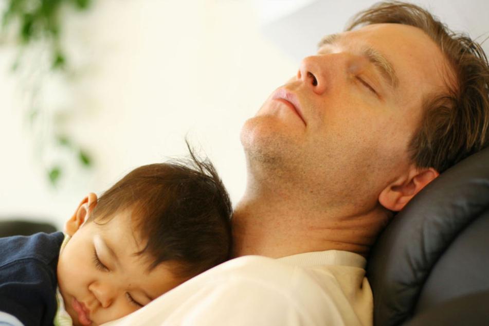 Wer mit seinem Baby auf Bauch oder Brust einschläft, setzt ihm großer Gefahr aus.