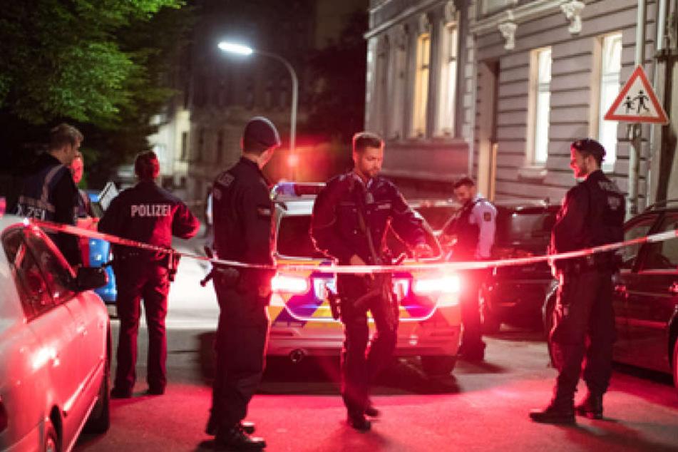 Polizisten sichern in Wuppertal eine Straße. In einem Wohnheim in Wuppertal-Elberfeld hat ein Spezialkommando der Polizei drei Leichen gefunden.