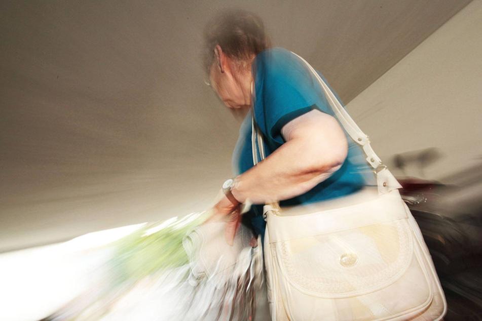 Ein Unbekannter entriss einer 88-Jährigen die Handtasche und flüchtete damit.