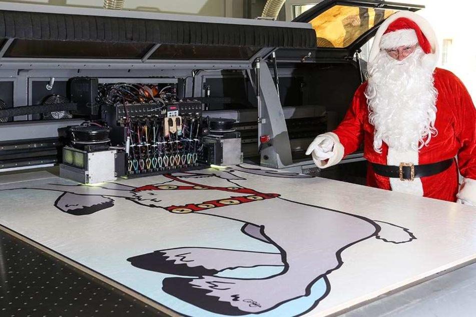 Der Weihnachtsmann schaute sich gestern in Seiffen die Zutaten für seinen neuen Schlitten an.