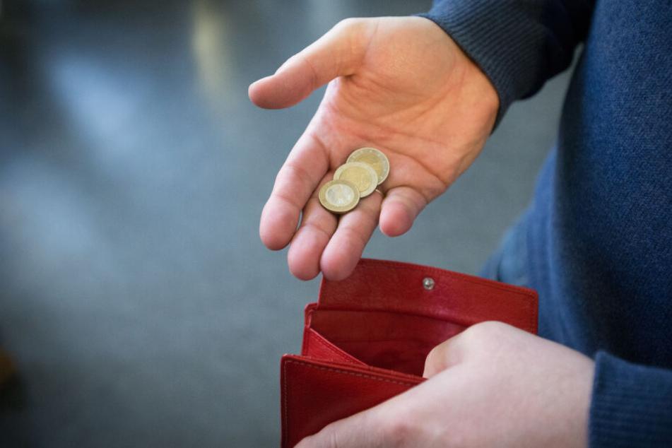 Ein Mann zeigt Münzgeld aus seinem Geldbeutel. DAs Pro-Kopf-Einkommen in Deutschland ist sehr unterschiedlich. (Symbolbild)