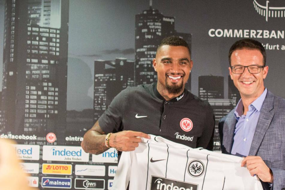 Der damalige Sportvorstand Fredi Bobic (r.) präsentiert im August 2017 Kevin-Prince Boateng als neuen Spieler bei Eintracht Frankfurt. Gemeinsam gewann man ein Jahr später den DfB-Pokal.