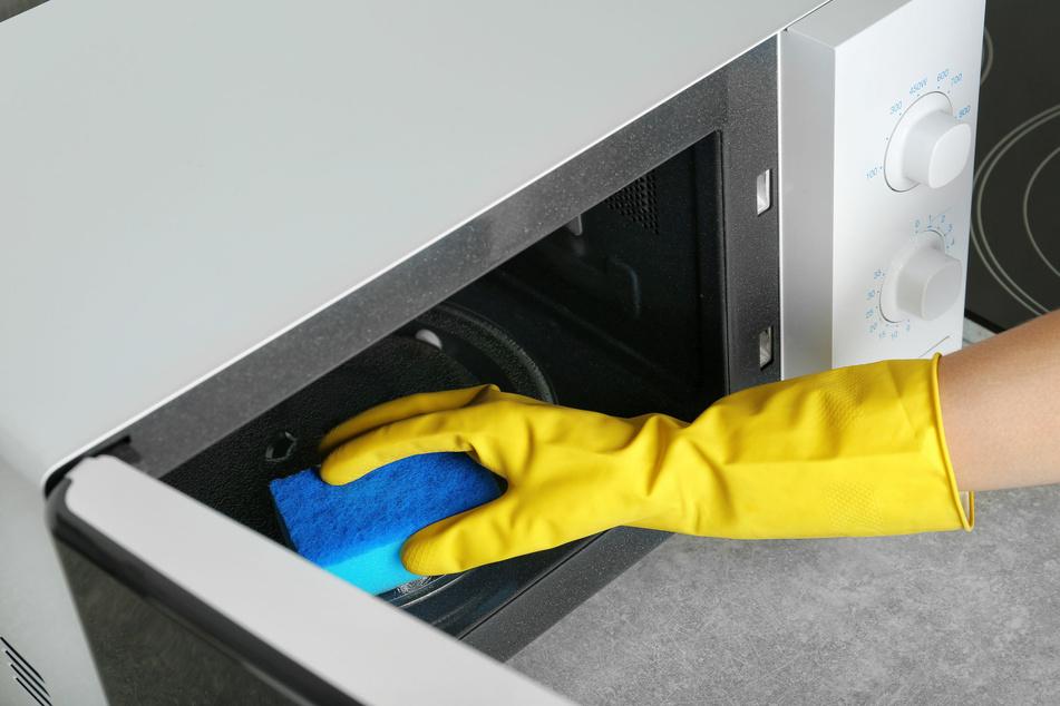 Putzutensilien sollten nicht in der Mikrowelle gereinigt werden. (Symbolbild)