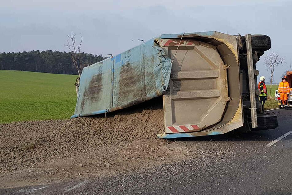 Der Lkw kam ins Schleudern und kippte schließlich samt Ladung auf die Straße.