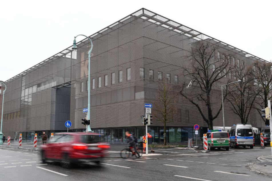 Ein Auto fährt an der Kunsthalle in Mannheim vorbei.