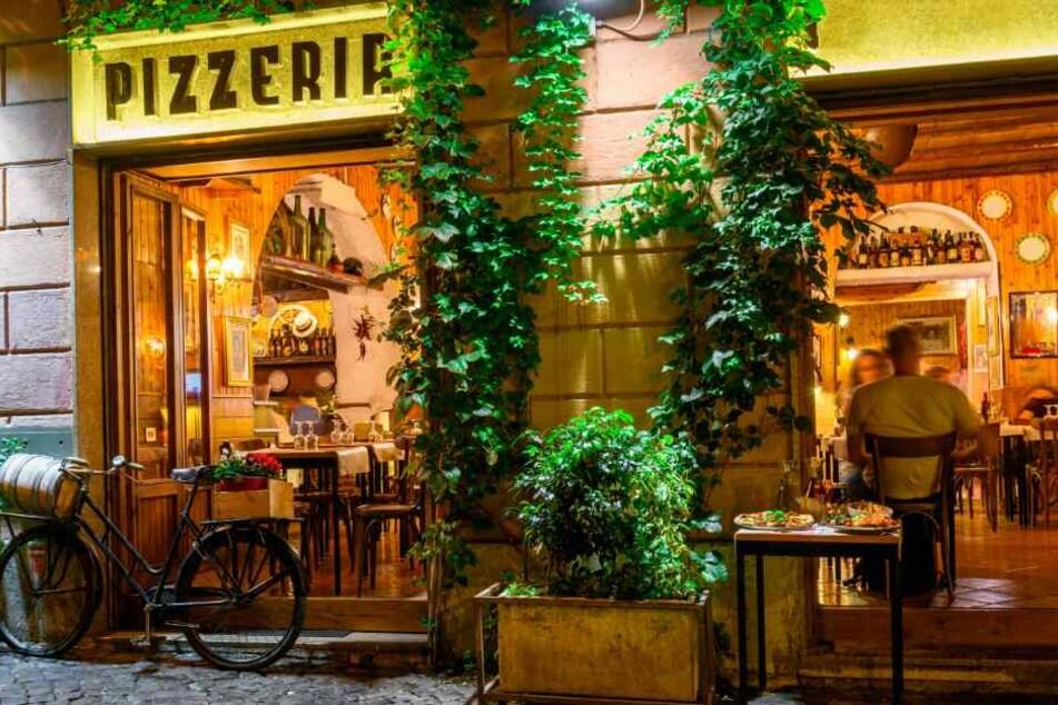 Durch die Fensterscheibe einer Pizzeria flogen der Polizist und der Verdächtige. (Symbolbild)