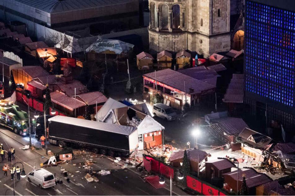 Ein Bild der Verwüstung ist auf dem Weihnachtsmarkt am Breitscheidplatz in Berlin zu sehen, nachdem Attentäter Anis Amri mit einem Lkw über den Platz gerast war.