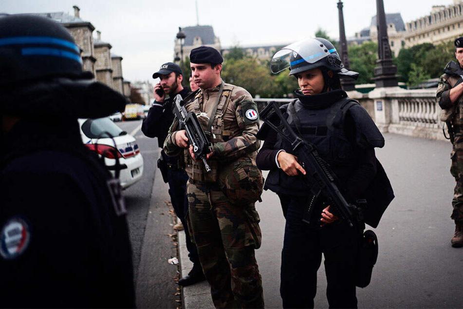 Nach Terroranschlag in Paris: Polizei nimmt fünf Personen fest