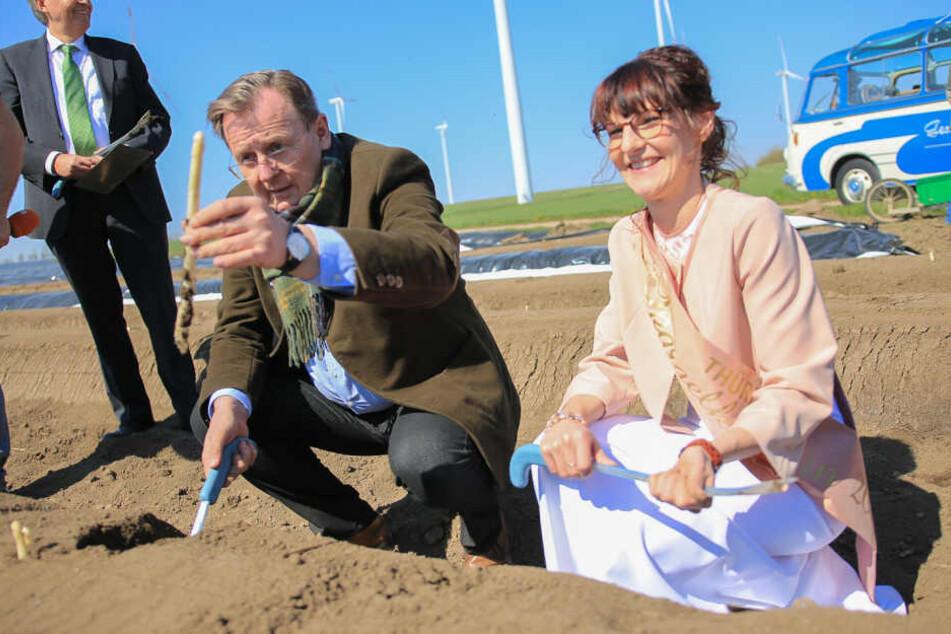 Der Ministerpräsident präsentierte Spargelkönigin Lisa Kayser den ersten Spargel.