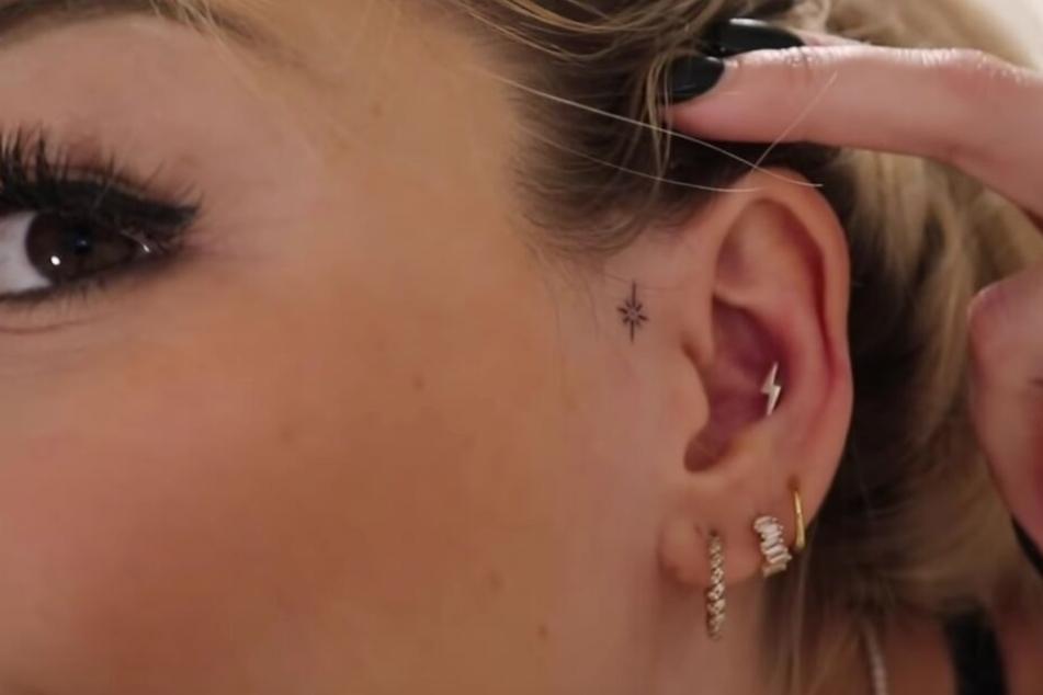 Samantha zeigt ihr neues Tattoo: Einen kleinen Stern am Ohr.