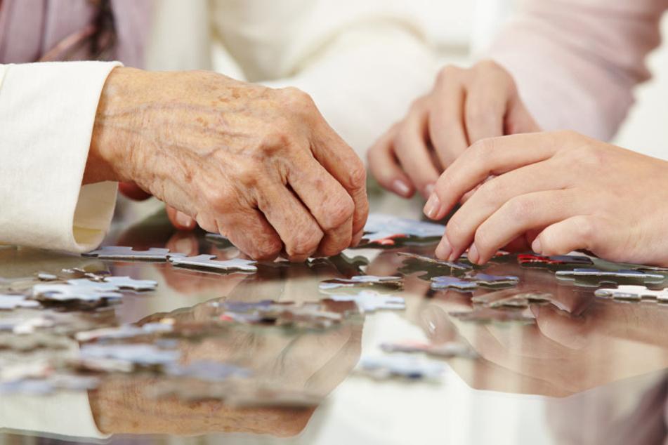 Die Angehörigen werden im Umgang mit demenzerkrankten Pflegebedürftigen geschult. (Symbolbild)