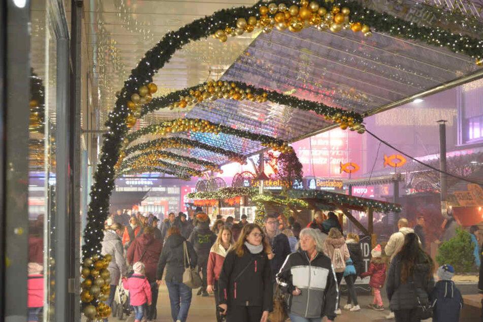Goldenes Funkeln bringt die Besucher der Einkaufspassage in Adventsstimmung.
