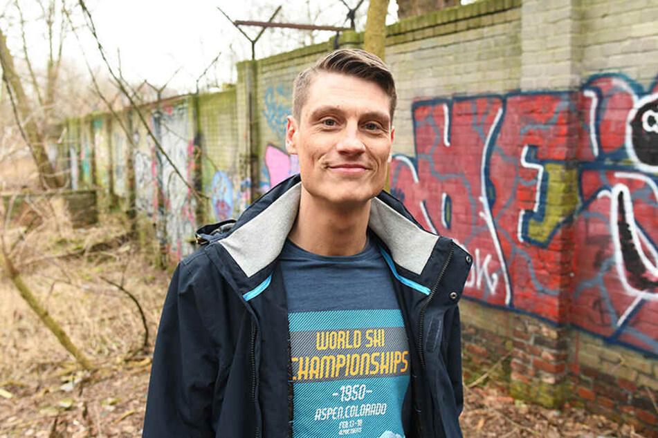 Heimatforscher Christian Bormann steht in Berlin-Pankow vor einem etwa 80 Meter langem Mauerstück, welches er vor 18 Jahren beim Spaziergang entdeckt hat.