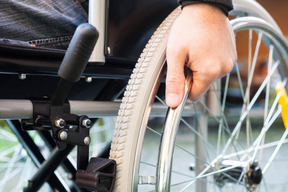 Während die 23-Jährige sowie ein weiterer Mann dem Rollstuhlfahrer die Treppen hinab halfen, griff letzterer ihr schamlos an die Brust.