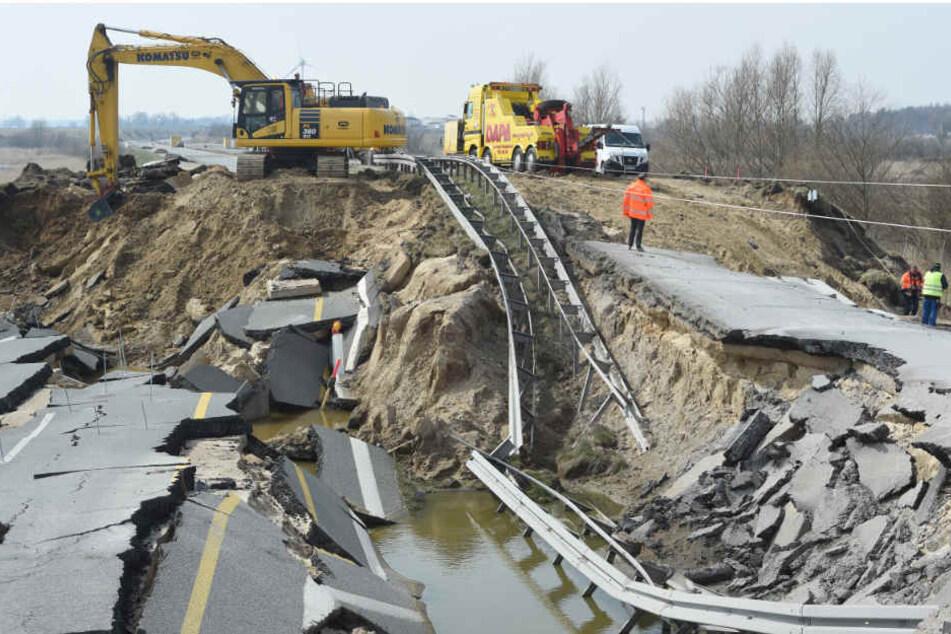 Ein Bagger arbeitet am Rückbau des Straßendammes an dem zerstörten Teilstück der A20 bei Tribsees (Landkreis Vorpommern-Rügen).