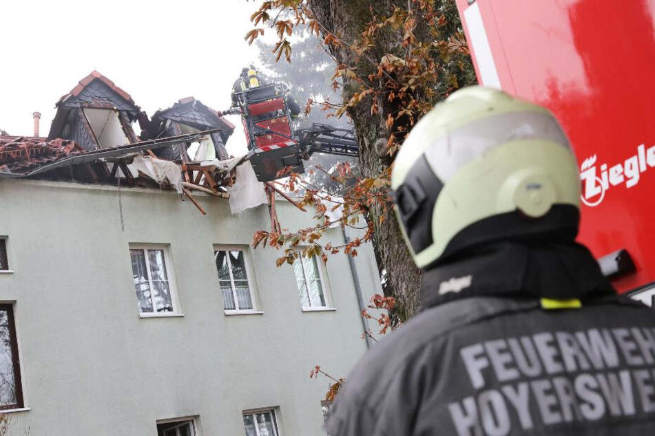 Dachstuhl fliegt in die Luft! Explosion in Mehrfamilienhaus