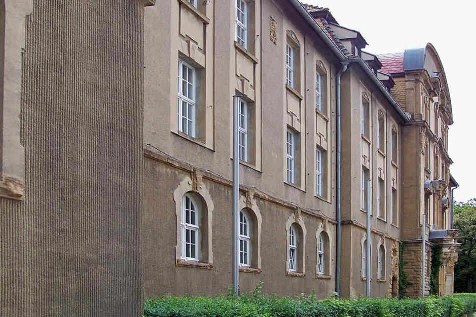 Unbekannte legten am hellichten Tag Grillanzünder vor das Amtsgericht Weißenfels.