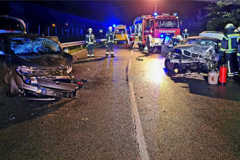 Kurz hinter dem Ortsausgang von Niederlehme hat sich am späten Samstagabend ein heftiger Frontalcrash ereignet, bei dem vier Menschen schwer verletzt worden sind.