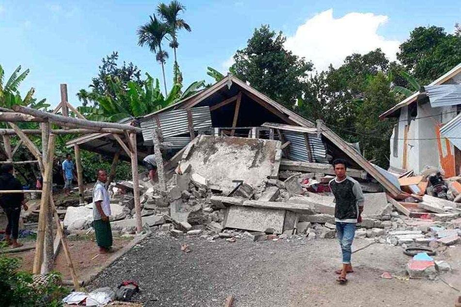 Bei dem Erdbeben auf der Insel Lombok wurden viele Gebäude zerstört, Urlauber sitzen im Landesinneren auf einem Vulkan fest.