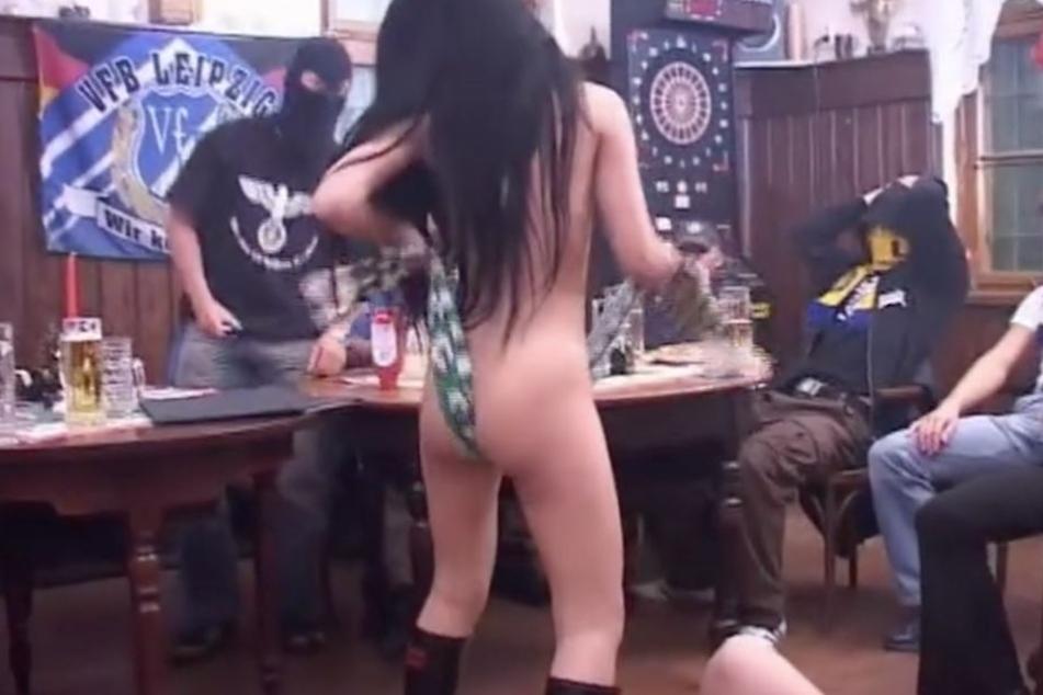 Die schwarzhaarige Frau wird in dem Clip genötigt, auf den Chemie-Schal zu urinieren. Doch stattdessen reibt sie ihn sich zwischen ihren Beinen.