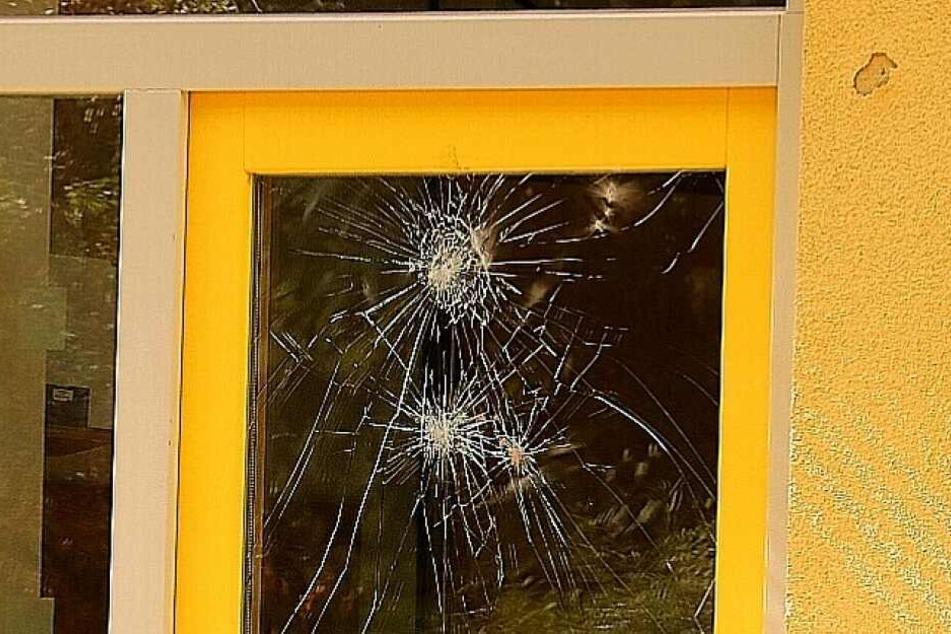 Viele Fensterscheiben wurden eingeworfen.