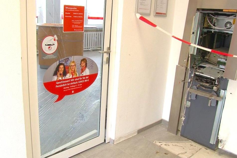 Gas-Explosion! Bankautomat in neuer Sparkassen-Filiale gesprengt