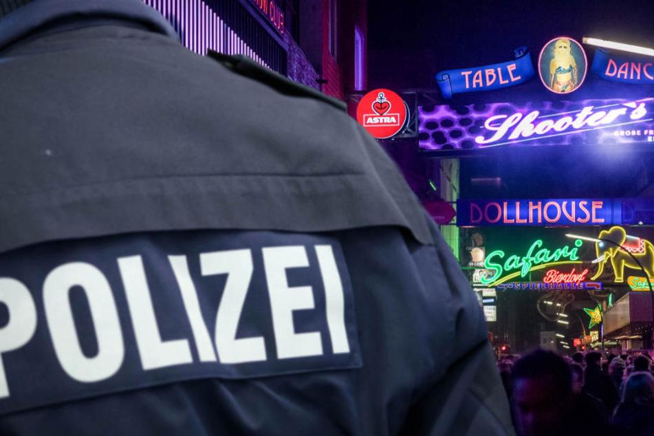 Als die Polizei in dem Club auf der Reeperbahn eintraf, hatte der 21-Jährige bereits schwere Verletzungen. (Symbolbild)