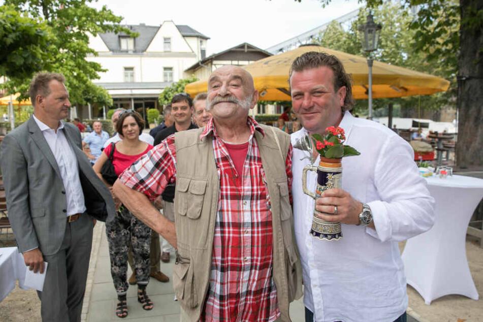 Zum 50. Geburtstag gab es für den Chef vom Schillergarten Frank Baumgürtel (re.) ein Weißwurstfrühstück und Blumen von Matz Griebel.