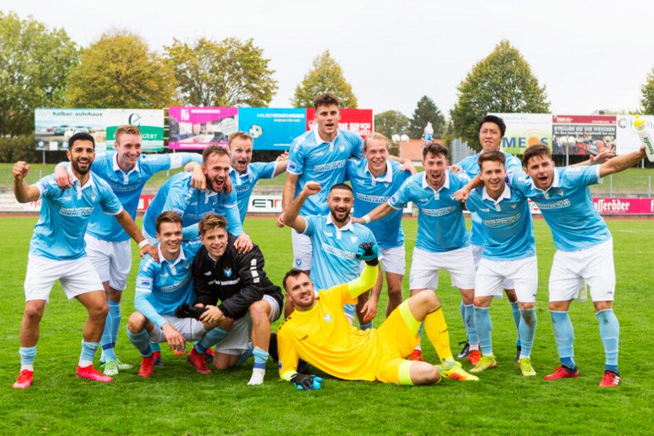 Großer Jubel: Der FC Viktoria 1889 feierte beim VfB Germania Halberstadt seinen zehnten Sieg im zehnten Liga-Spiel.