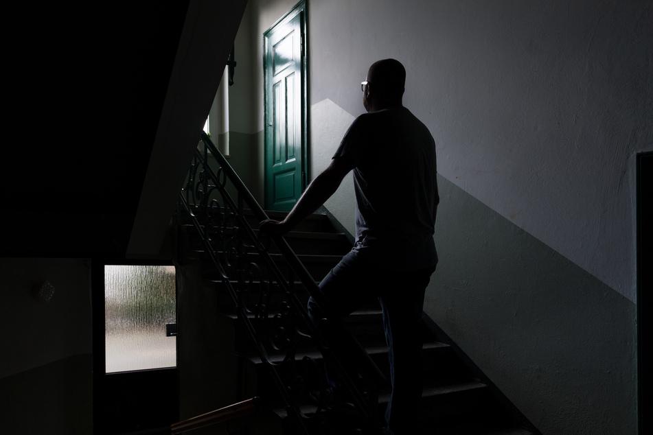 Im Hausflur beleidigte und bedrohte ein 29-Jährige zwei Nachbarinnen. (Symbolbild)