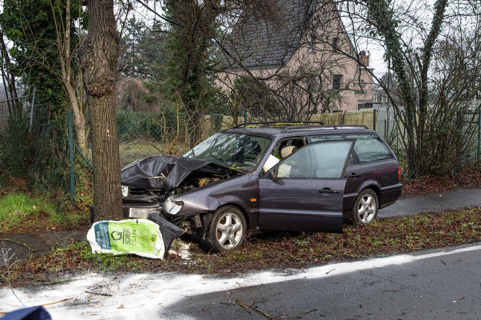 Am Sonntag ist ein mutmaßlich betrunkener Autofahrer (57) in Wesseling von der Straße abgekommen und gegen zwei Fußgänger (57, 58) gefahren.