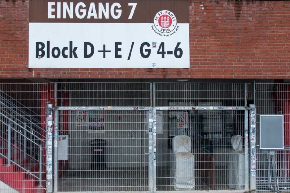 Blick auf einen verschlossenen Eingang am Millerntor-Stadion.