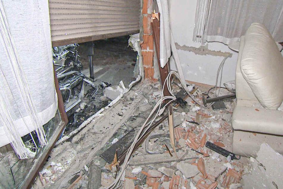 Trümmerteile liegen im Wohnzimmer verteilt.