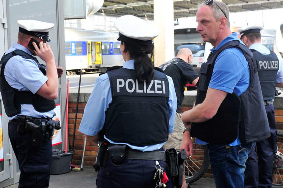 Bundestagsabgeordneter Detlef Müller (51, SPD, r.) auf Streife mit der  Bundespolizei auf dem Chemnitzer Hauptbahnhof.
