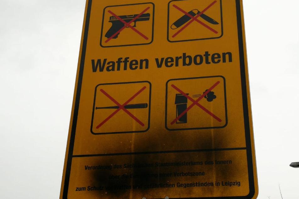 Am Rabet findet man dieses beschmierte Schild der Waffenverbotszone. Die Erläuterung am Ende ist nicht mehr zu erkennen.