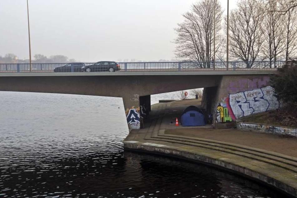 Am 16. Oktober war ein 16-Jähriger an der Kennedybrücke in Hamburg erstochen, seine Freundin ins Wasser gestoßen worden. Nun hat sich der IS bekannt.