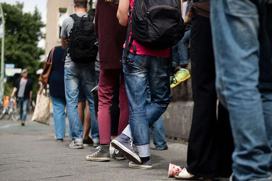 Berliner warten vor dem Bürgeramt in der Sonnenallee in Berlin-Neukölln. So extrem wird es nun nicht mehr sein.