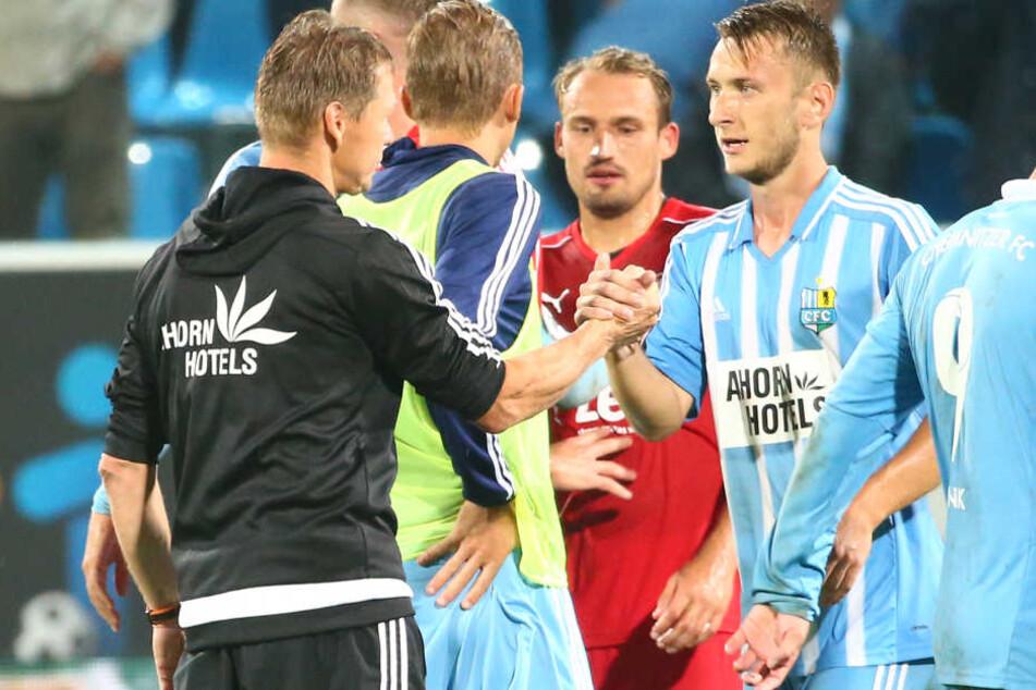 Trainer Sven Köhler (l.) beglückwünscht Jan Koch zu einer guten Leistung. Schenkt er dem 20 Jahre alten Abwehrspieler am Mittwoch in Paderborn wieder das Vertrauen?