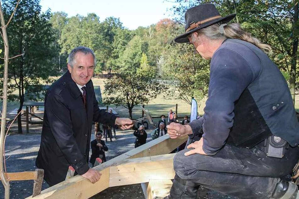 Hau rein! Umweltminister Thomas Schmidt (57, CDU) schlug den letzten Nagel am Neubau für die Wildkatzen ein.
