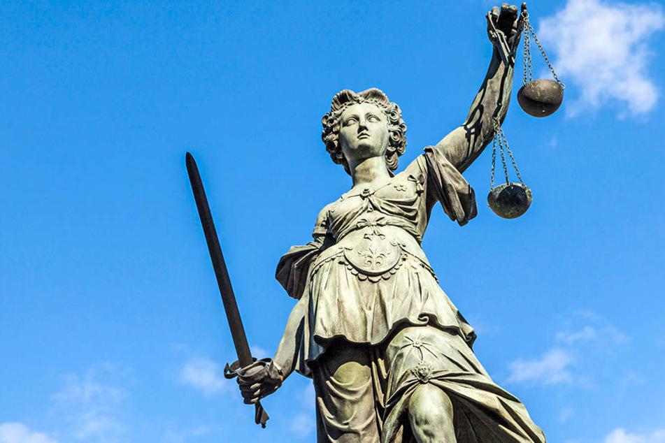 Drei Männer müssen sich vor dem Landgericht wegen zahlreichen Überfällen verantworten (Symbolbild).