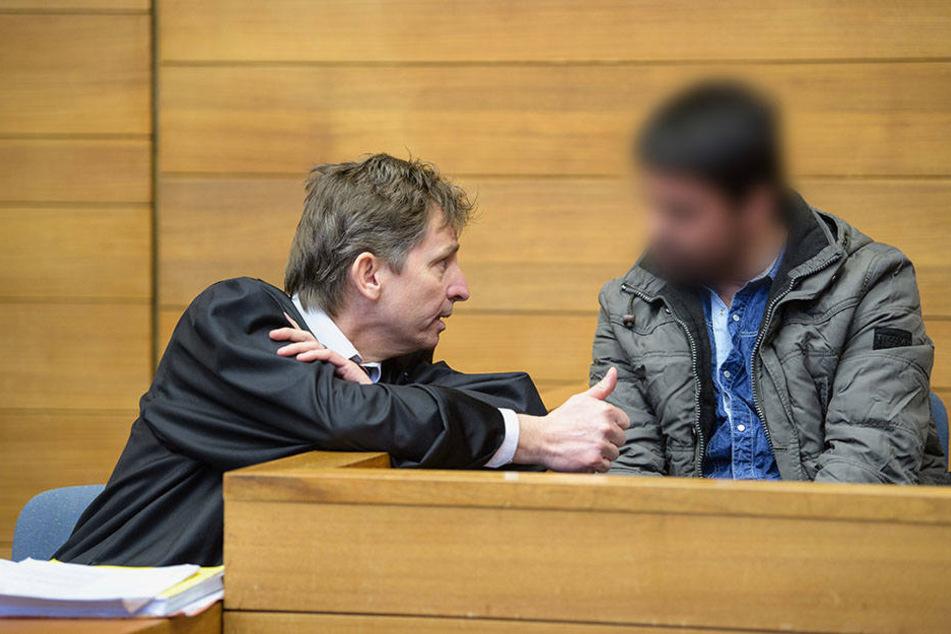 Der wegen Mordes Angeklagte spricht am 23.01.2018 vor Prozessbeginn in einem Gerichtssaal vom Landgericht in Traunstein mit seinem Rechtsanwalt.