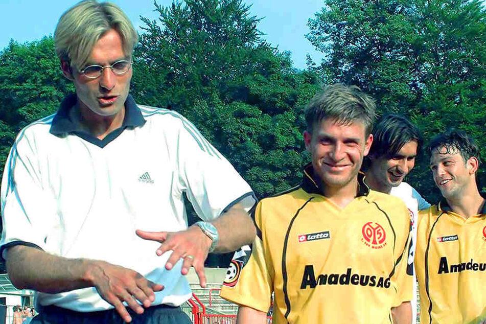 25. August 2001: Ein gewisser Jürgen Klopp (r.) saß in Mainz auf der Trainerbank und gewann in Aue 2:1.