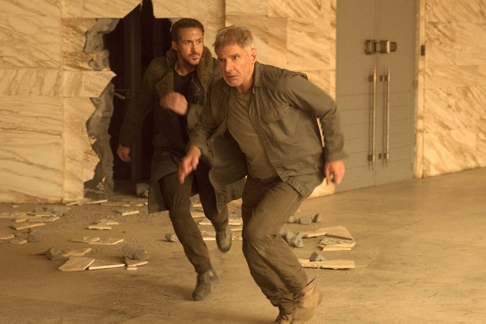 Officer K (Ryan Gosling, l) und Rick Denkart (Harrison Ford) auf der Flucht.