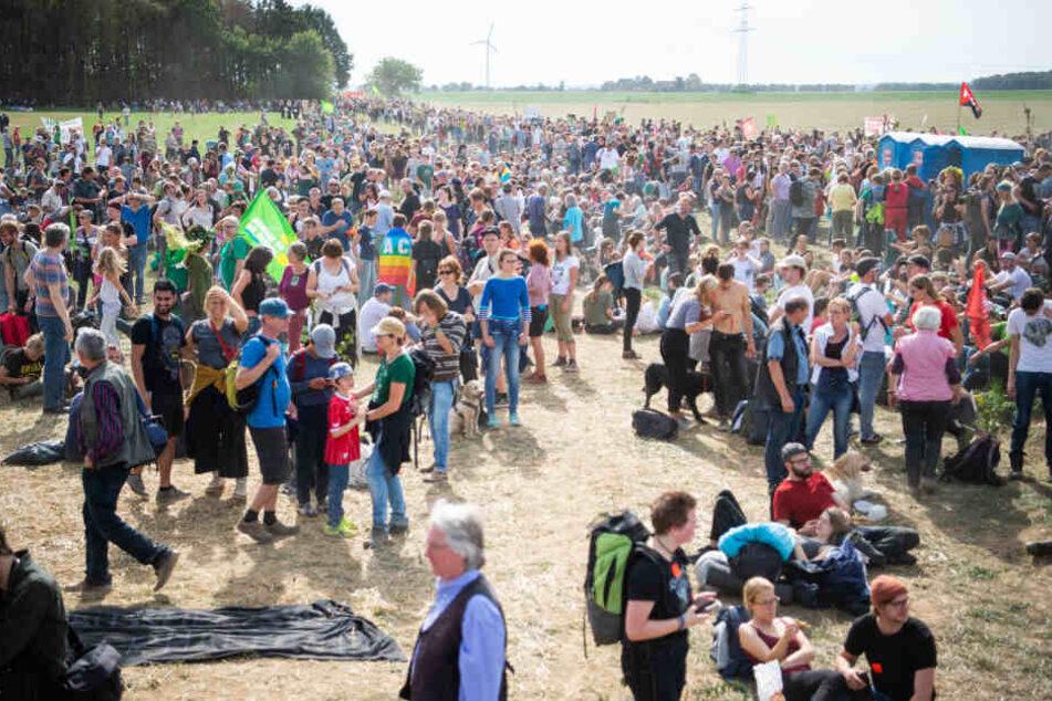Die größtenteils friedlichen Demos mit Tausenden Teilnehmern am Hambacher Wald werden von wenigen Aktivisten aus der linken Szene unterwandert. (Symbolbild)