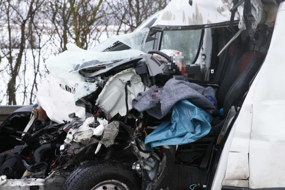 Der Fahrer eines Sprinters kämpft nach dem Unfall auf der Autobahn 6 um sein Leben.