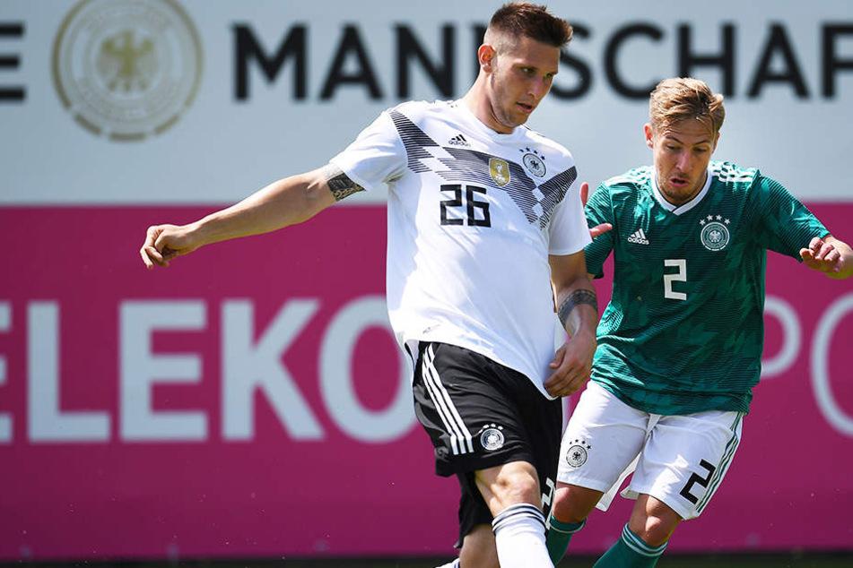Niklas Süle (l.) beim internen Testspiel am Mittwoch im Duell mit U20-Auswahlspieler Felix Passlack (r.).