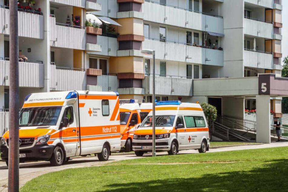 Mehrere Rettungsfahrzeuge waren vor dem Mehrfamilienhaus zu sehen.
