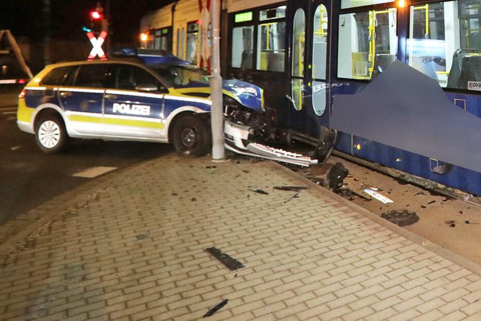 Das Polizeiauto befand sich auf Einsatzfahrt, als es gegen die Straßenbahn der Linie 10 knallte.