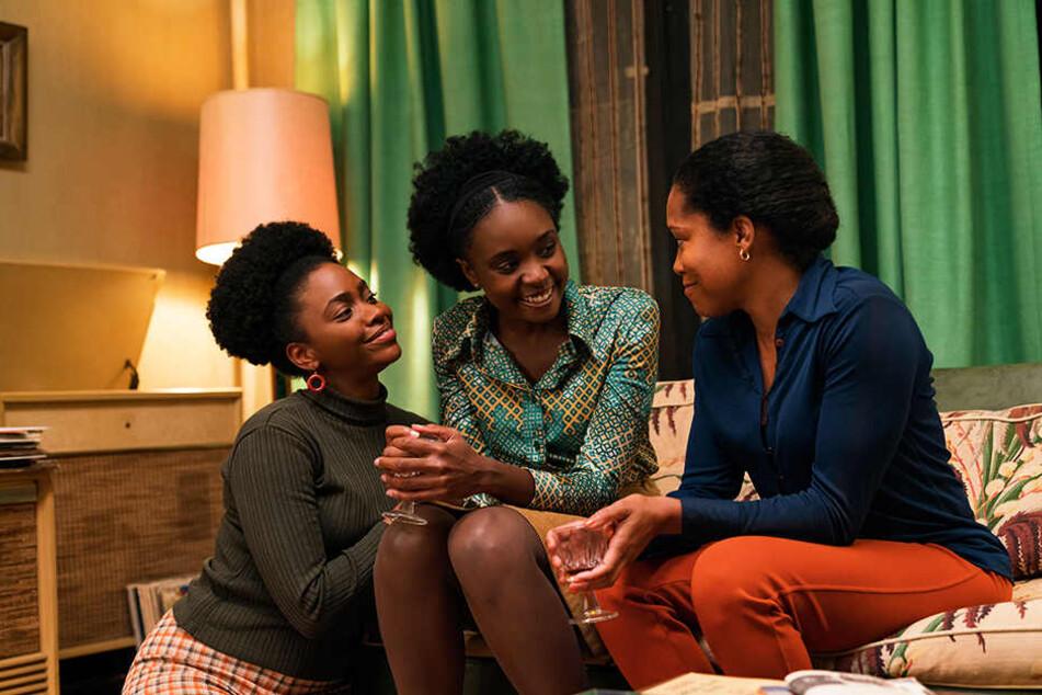 Mutter Sharon (r., Regina King) und Schwester Ernestine (Teyonah Parris) stehen Tish (Kiki Layne) in einer schweren Zeit zur Seite.